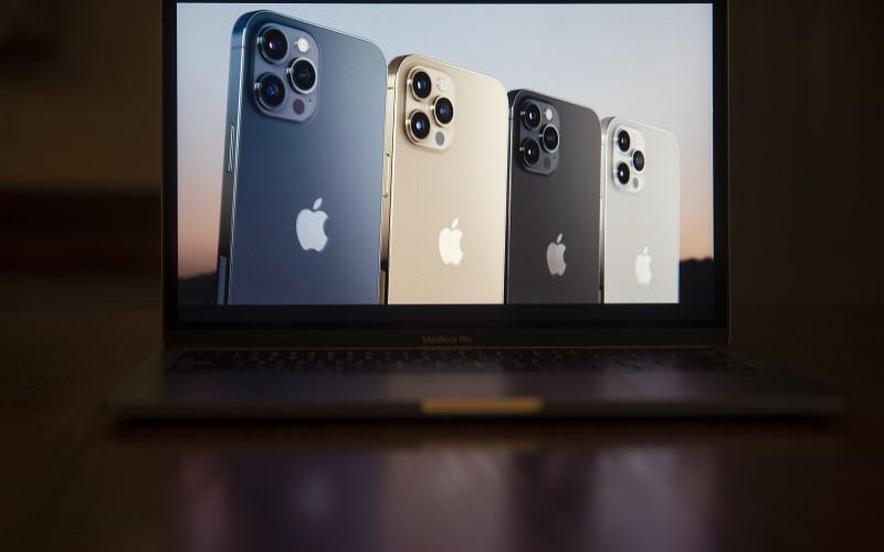 Foto iPhone 12 Pro yang ditampilkan pada layar Macbook Pro. - Bloomberg