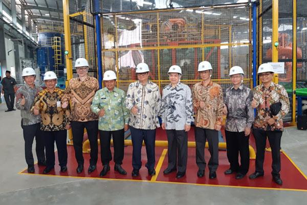 Menteri Perindustrian Airlangga Hartarto meresmikan pabrik kaca lembaran dan cermin PT Asahimas Flat Glass Tbk. di Cikampek, Jawa Barat pada Senin (18/02/2019).  - WIBI