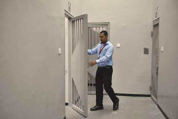 Petugas memeriksa ruang tahanan Komisi Pemberantasan Korupsi (KPK)  di Gedung Merah Putih, Jumat (6/10/2017). - Antara/Puspa Perwitasari