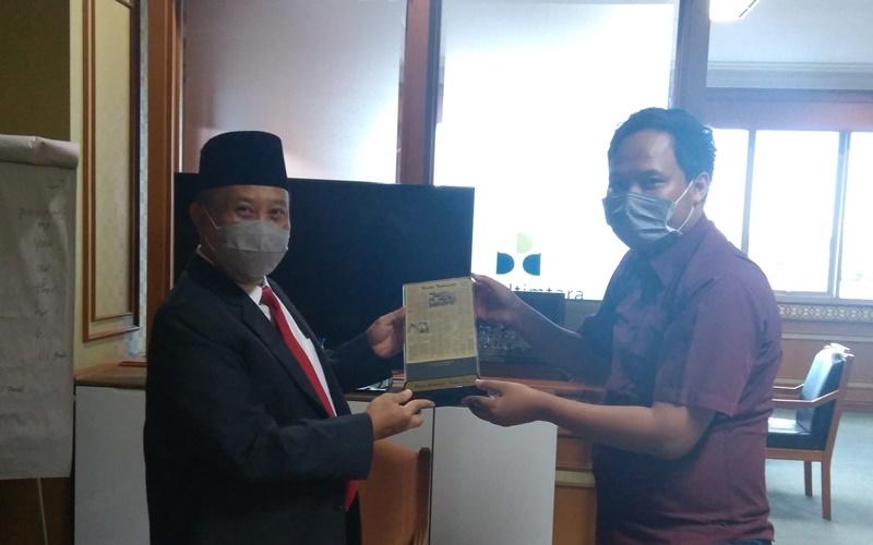Direktur Utama Bank Kaltimtara Muhammad Yamin (kiri) dan Kepala Perwakilan Bisnis Indonesia Balikpapan Rachmat Subiyanto. - Bisnis