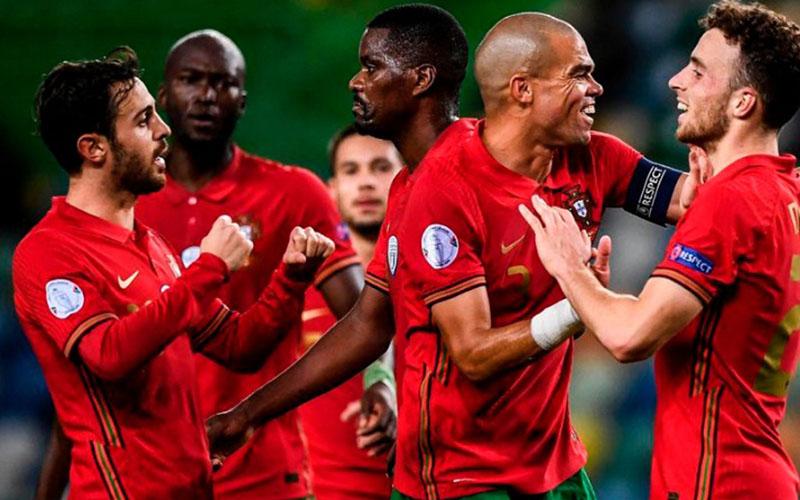 Para pemain Portugal merayakan kemenangan atas Swedia. - UEFA.com