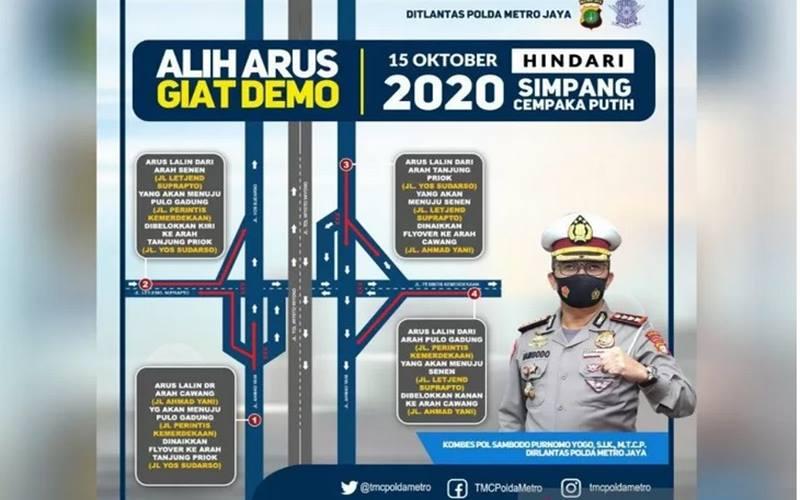 Direktorat Lalu Lintas Polda Metro Jaya mengumumkan rencana pengalihan arus lalu lintas di sekitar Simpang Cempaka Putih, Jakarta Pusat menyusul rencana aksi massa, Kamis (15/10/2020). - Antara