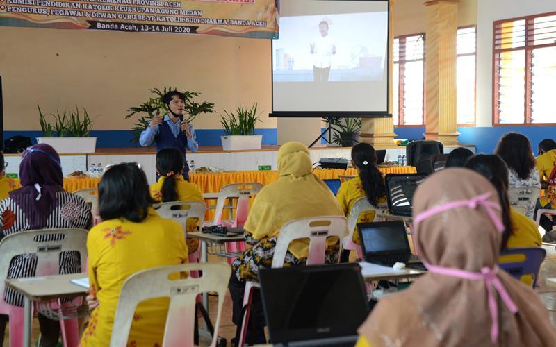 Pengajar memberikan pelatihan pembuatan video pembelajaran sistem daring kepada sejumlah guru di salah satu sekolah menengah atas, Banda Aceh, Aceh, Senin (13/7/2020). Pelatihan tersebut untuk meningkatkan kompetensi guru dalam mengaplikasikan pembelajaran sistem daring bagi murid sekolah dengan metode khusus jarak jauh di tengah pandemi COVID-19. ANTARA FOTO - Ampelsa