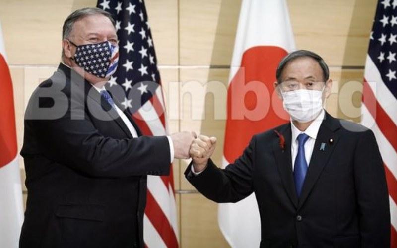 Sekretaris Dalam Negeri AS Michael Pompeo (kiri) dan Perdana Menteri Jepang berfoto bersama di Tokyo, Jepang, Selasa (6/10/2020). - Bloomberg.