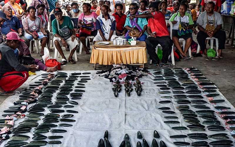 Ratusan tomako batu, manik-manik dan uang dari Suku Olua (pihak laki-laki) sebagai mahar untuk pihak perempuan dari Suku Mebri di Kampung Yoka, Kota Jayapura, Papua. Antara Foto - Indrayadi TH