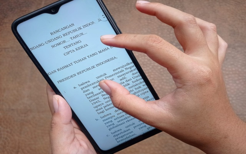 File digital draf Omnibus Law UU Cipta Kerja beredar luas melalui aplikasi pesan WhatsApp di masyarakat.  -  Bisnis / Feni Freycinetia