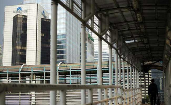 Pejalan kaki melintas di dekat gedung Wisma Bumiputera di Jakarta - Bisnis