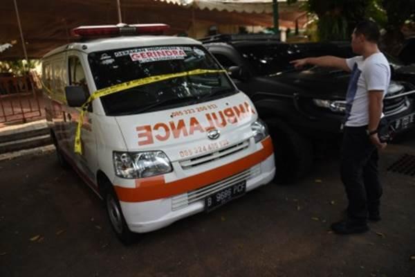 Ilustrasi - Petugas menunjuk ambulans yang diduga disalahgunakan untuk membawa batu dalam kericuhan aksi 22 Mei. Ambulans tersebut menjadi alat bukti dan berada di Mapolda Metro Jaya, Jakarta, Kamis (23/5/2019). - ANTARA/Akbar Nugroho Gumay
