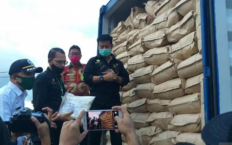 Mentan Syahrul Yasin Limpo didampingi Sekdaprov Edwin Silangen dan pejabat lainnya melihat langsung komoditi pertanian yang akan diekspor, Minggu.  - Antara/Karel A Polakitan