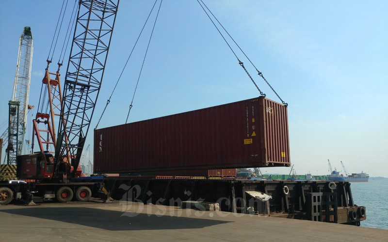 Kegiatan Bongkar muat kontainer di Pelabuhan Batu Ampar, Selasa (8/9/2020). - Bisnis/Bobi Bani.