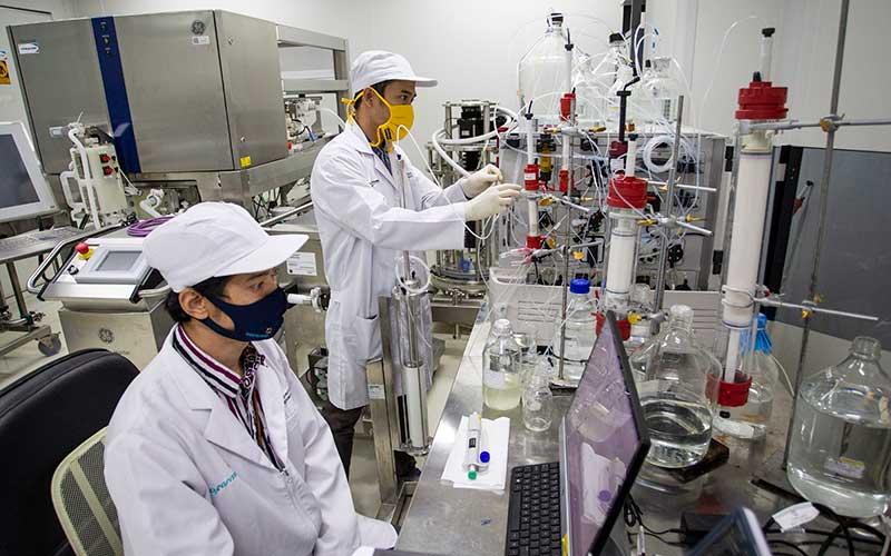 Peneliti beraktivitas di ruang riset vaksin Merah Putih di kantor Bio Farma, Bandung, Jawa Barat, Rabu (12/8/2020). Vaksin COVID-19 buatan Indonesia yang diberi nama vaksin Merah Putih tersebut ditargetkan selesai pada pertengahan tahun 2021. ANTARA FOTO - Dhemas Reviyanto