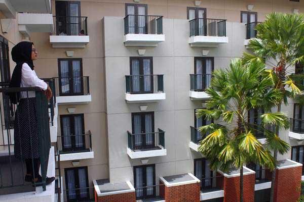 Pengunjung menikmati pemandangan di salah satu hotel yang kini tingkat hunian atau okupansinya mulai meningkat di Malang, Jawa Timur, Senin (17/12/2018). - ANTARA/Ari Bowo Sucipto