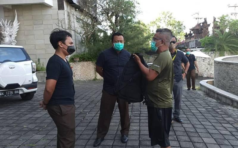 Tim Tabur Kejaksaan Tinggi DKI Jakarta dan Kejagung menangkap buronan korupsi (berkaos hijau dan celana pendek hitam) PT Pupuk Kaltim di Kabupaten Badung, Bali. - Istimewa