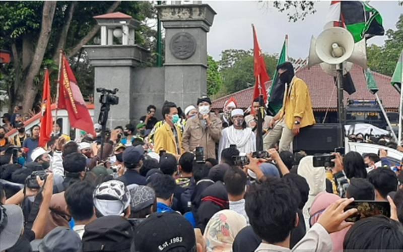 Bupati Banyumas Achmad Husein saat menemui pengunjuk rasa di depan gerbang Pendopo Sipanji, Purwokerto, Kabupaten Banyumas, Jawa Tengah, Kamis (15/10/2020) siang. - Antara/Sumarwoto