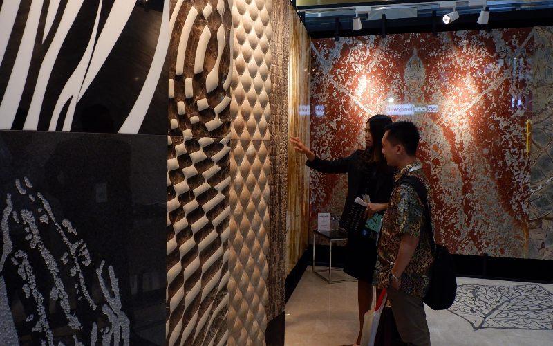 Suasana pameran industri bahan bangunan dan Keramik bertajuk Megabuild Indonesia & Keramika 2019 di Jakarta, Jumat (15/3/2019). Pameran yang menghadirkan lebih dari 500 merek ternama dalam industri bahan bangunan, arsitektur, dan desain interior serta jasa konstruksi dari 14 negara ini digelar sejak 14-17 Maret 2019 ini mempertemukan para investor.  - BISNIS.COM