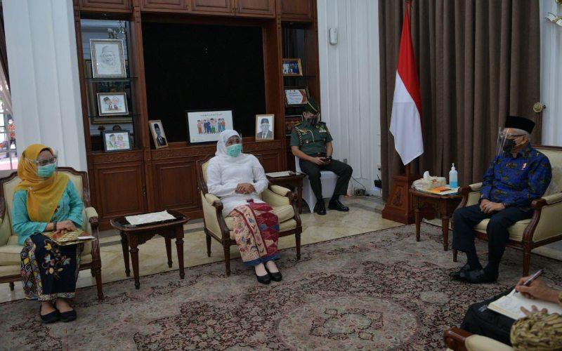 Wapres Ma'ruf Amin (kanan) menerima kunjungan Ketua Umum Pimpinan Pusat Muslimat Nahdlatul Ulama yang juga Gubernur Jawa Timur, Khofifah Indar Parawansa (kedua dari kiri), Kamis (15/10/2020) - Twitter/@Kiyai_MarufAmin