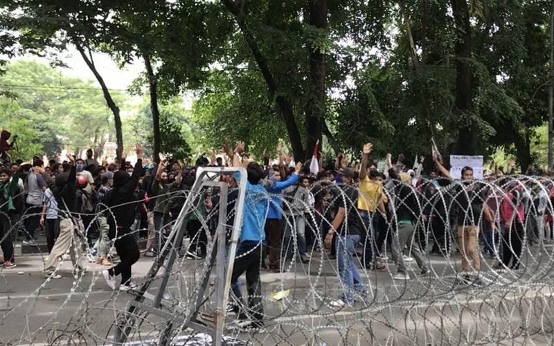 Situasi demonstrasi yang diikuti mahasiswa dan pelajar di depan Gedung DPRD Sumut, Kamis (8/10/2020). - Bisnis/Cristine Evifania Manik
