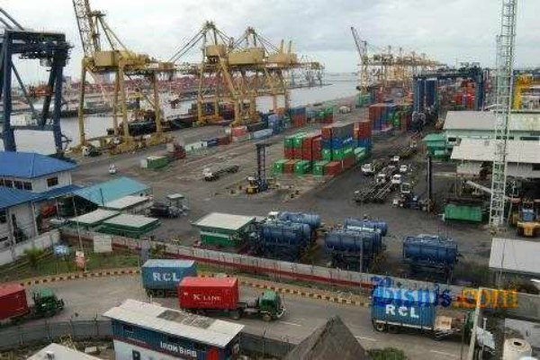 Aktivitas perdagangan di pelabuhan - Bisnis.com