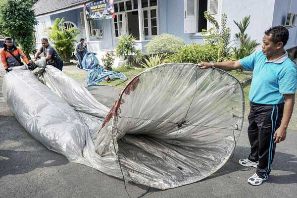 Petugas memerlihatkan temuan balon udara di kantor Pentak Landasan Udara (Lanud) Adisutjipto, Sleman, DI Yogyakarta, Selasa (4/7).  - ANTARA/Hendra Nurdiyansyah