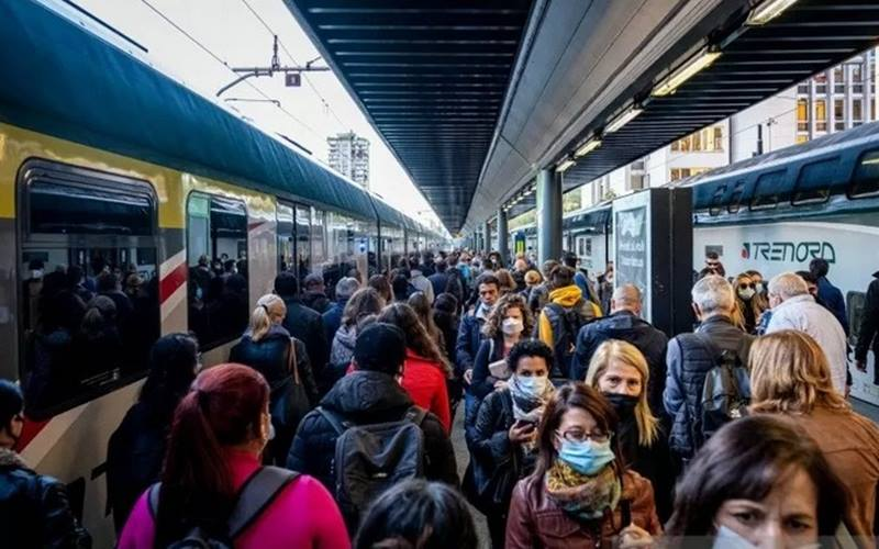 rnPengguna komuter  mengenakan masker memenuhi stasiun kereta pada jam sibuk di stasiun Cadorna, Milan, Italia, Rabu (7/10/2020), di tengah mewabahnya Virus Corona. - Antara/Reuters\r\n