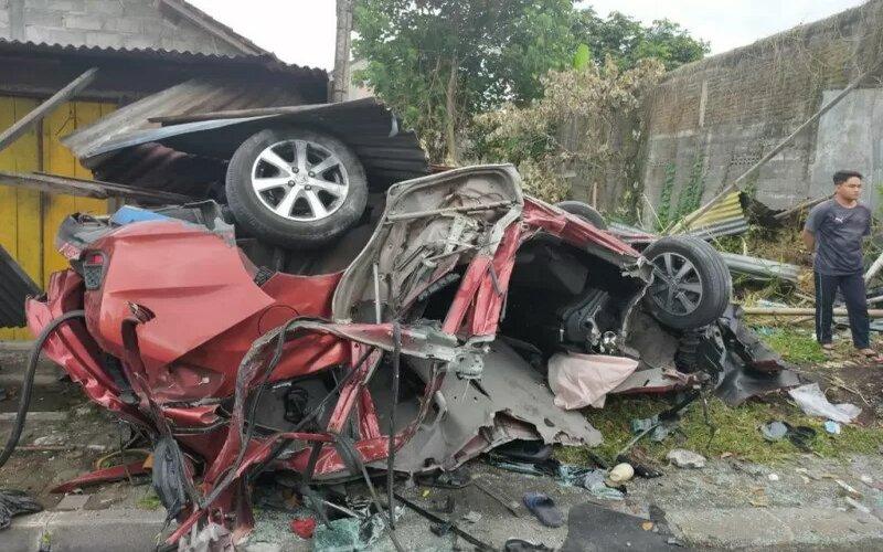 Salah satu kendaraan roda empat yang terlibat kecelakaan di Jalan Magelang Km 8, Sendangadi, Mlati, Sleman, Sabtu pagi, dalam kondisi rusak berat. - Antara/Istimewa