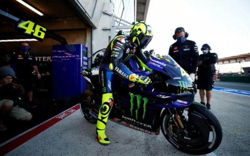Pebalap tim Monster Energy Yamaha Valentino Rossi jelang kualifikasi Grand Prix Prancis di Le Mans, 10 Oktober 2020. - Antara/Reuters