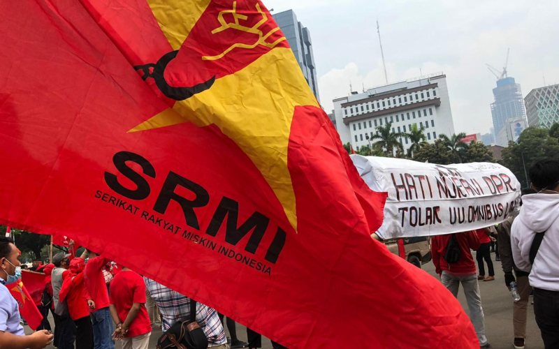 Puluhan Pendemo Tolak UU Cipta Kerja dari Serikat Rakyat Miskin Indonesia (SRMI) berorasi sambil membawa keranda mayat di kawasan Patung Kuda, Jakarta Pusat, Jumat (16/10/2020) - Bisnis.com/Aprianus Doni Tolok