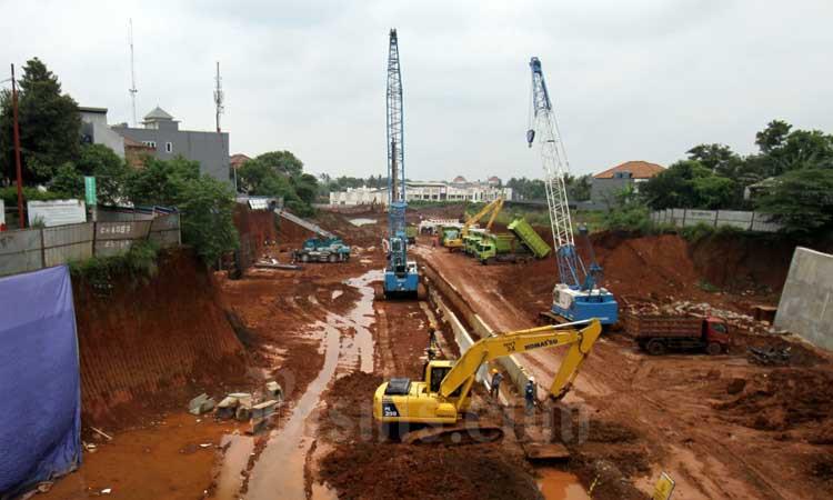 Pekerja dibantu alat berat menyelesaikan proyek pembangunan Jalan Tol Serpong-Cinere di kawasan Pondok Cabe, Tangerang Selatan, Banten, Minggu (1/3/2020). Bisnis - Arief Hermawan P.