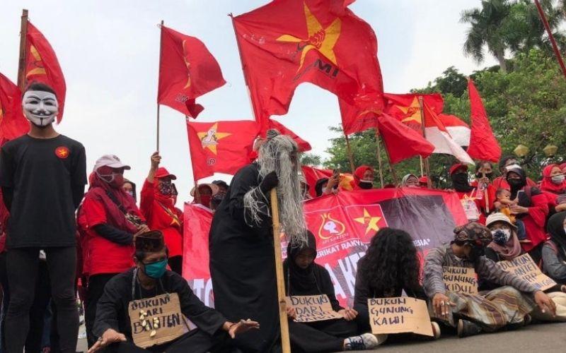 Serikat Rakyat Miskin Indonesia (SRMI) melakukan 'ritual santet' dalam unjuk rasa menolak UU Cipta Kerjadi kawasan Patung Kuda, Jakarta Pusat, Jumat (16/10/2020) - Bisnis - Aprianus Doni Tolok