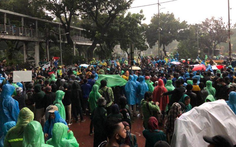 Ratusan mahasiswa yang berunjuk rasa menolak UU Ciptaker, yang tergabung dalam Badan Eksekutif Mahasiswa Seluruh Indonesia (BEM SI) tetap bertahan meski ujan deras di sekitar Patung Kuda, Jakarta Pusat, Jumat(16/10/2020) - Bisnis.com/Aprianus Doni Tolok