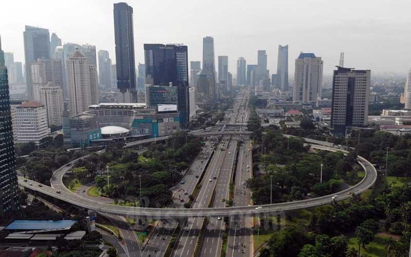 Foto aerial kendaraan melintas di Simpang Susun Semanggi pada jam berangkat kerja di Jakarta, Senin (23/3/2020). Sejumlah ruas jalan utama tampak lebih lengang pada jam berangkat kerja. Hal ini karena sebagian perusahaan telah menerapkan bekerja dari rumah guna menekan penyebaran virus corona. Bisnis - Himawan L Nugraha