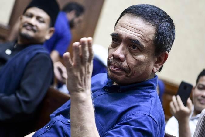 Gubernur Aceh nonaktif Irwandi Yusuf bersiap menjalani sidang dengan agenda pembacaan tuntutan di Pengadilan Tipikor, Jakarta, Senin (25/3/2019). - Antara/Hafidz Mubarak A