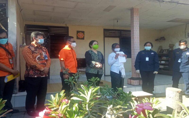 Ketua DPR RI Puan Maharani turut menyerahkan bantuan BPNT kepada masyarakat di Denpasar.