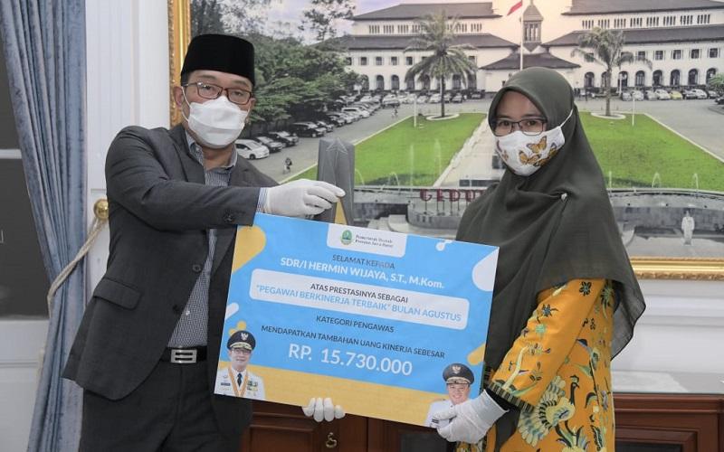 Gubernur Jabar Ridwan Kamil memberikan penghargaan kepada ASN kategori pelaksana - Istimewa