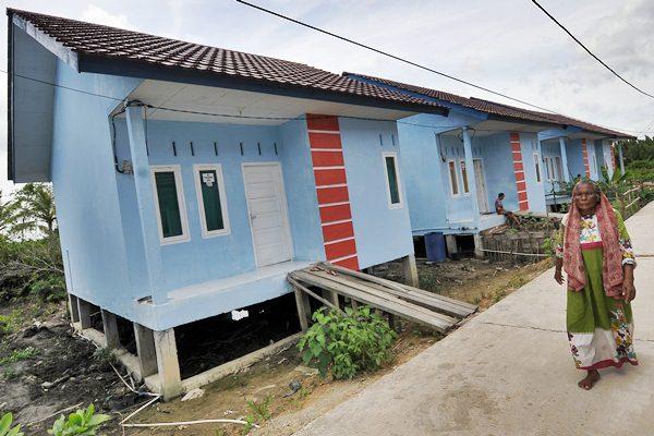 Keluarga nelayan beraktivitas di kompleks perumahan nelayan, Tungkal Hilir, Tanjung Jabung Barat, Jambi. - Antara/Wahdi Septiawan