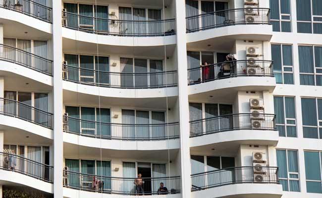 Sejumlah penghuni berada di apartemen di Jakarta./Bisnis - Himawan L Nugraha