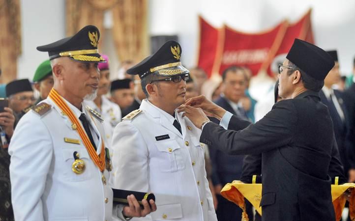 Gubernur Sumbar, Irwan Prayitno (kanan) melantik Wali Kota dan Wakil Wali Kota Padang periode 2019-2024 , Mahyeldi (kiri) dan Hendri Septa (kedua kiri), di Padang, Sumatra Barat, Senin (13/5/2019). - ANTARA/Iggoy el Fitra