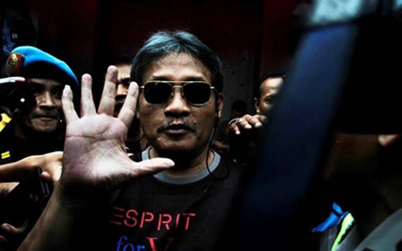 Pollycarpus Budihari Prijanto (tengah), terpidana kasus pembunuhan aktivis HAM, Munir Said Thalib, saat keluar meninggalkan Lapas Kelas 1 Sukamiskin, Bandung Jawa Barat, Sabtu (29/11). - Antara/Novrian Arbi