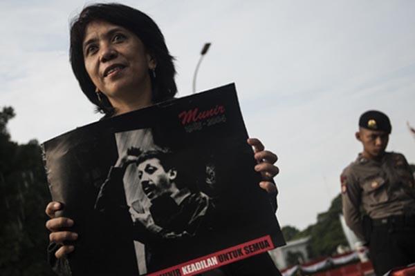 Istri Munir Said Thalib, Suciwati, mengikuti aksi memperingati 12 tahun terbunuhnya aktivis HAM itu di depan Istana Merdeka di Jakarta pada 8 September 2016. - Antara