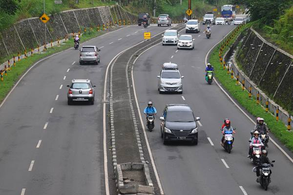 Sejumlah pengendara melintas di Jalan Lingkar Salatiga (JLS), Salatiga, Jawa Tengah, Senin (4/7).  - Antara
