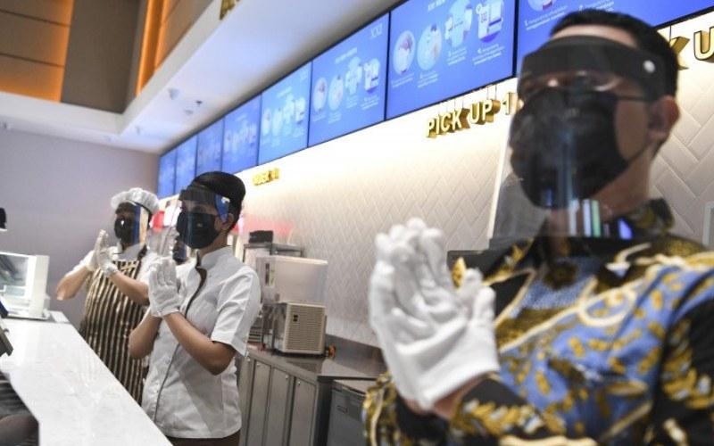 Pekerja Bioskop XXI menggunakan alat pelindung wajah dan masker saat dilaksanakan pemeriksaan kesiapan bioskop beroperasi kembali di Pusat Grosir Cililitan, Jakarta, Sabtu (29/8/2020). ANTARA FOTO/Hafidz Mubarak A - wsj.