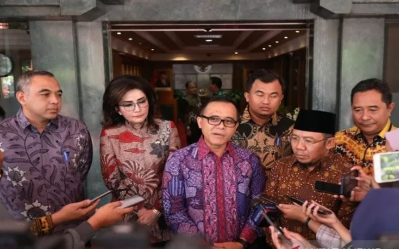 Ketua Umum APKASI yang merupakan Bupati Banyuwangi Abdullah Azwar Anas saat bertemu Menteri Dalam Negeri Tito Karnavian, di Jakarta, Jumat, (6/3/2020). - Antara