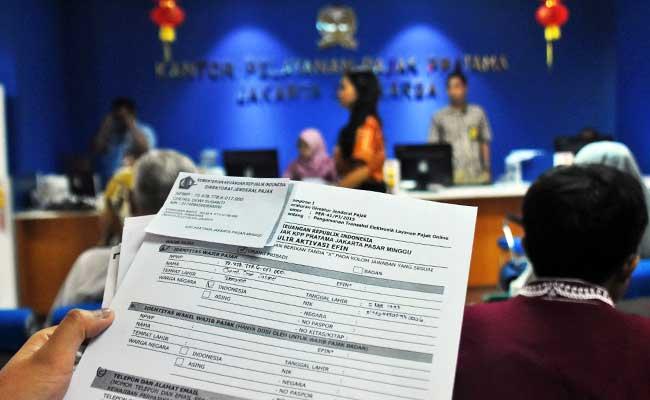 Seorang wajib pajak menunjukkan form aktivasi EFIN agar dapat melakukan pelaporan SPT Pajak Tahunan secara online di Kantor KPP Pratama Jagakarsa, Jakarta Selatan, Jum'at (22/2/2019).ANTARA FOTO - Indrianto Eko