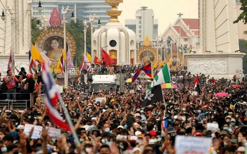 Para pedemo pro-demokrasi memadati jalan saat aksi protes antipemerintah, pada peringatan 47 tahun pemberontakan mahasiswa tahun 1973, di Bangkok, Thailand, Rabu (14/10/2020). - Antara/Reuters