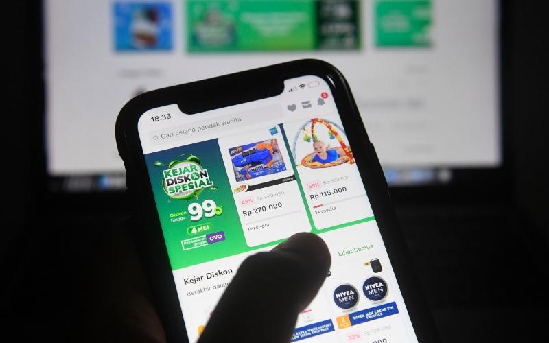 Pengguna Tokopedia bertransaksi melalui gawai di Jakarta, Senin (4/5/2020). Kementerian Komunikasi dan Informatika bersama BSSN dan Tokopedia akan melakukan evaluasi, penyelidikan, dan mitigasi teknis terhadap upaya peretasan data pengguna sebanyak 91 juta akun dan 7 juta akun merchant, serta akan terus memastikan ekonomi digital khususnya e-commerce tetap berjalan dengan baik dan lancar tanpa diganggu peretas data. - ANTARA FOTO/Puspa Perwitasari