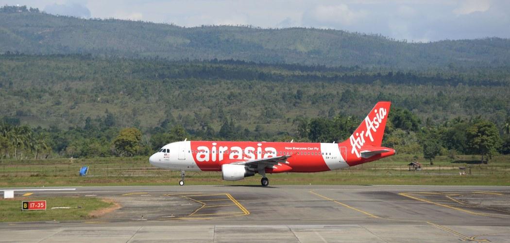 Pesawat AirAsia di landasan pacu di Bandara Internasional Sultan Iskandar Muda di Banda Aceh, Indonesia, pada Kamis, 11 Desember 2014.  -  Dimas Ardian /Bloomberg