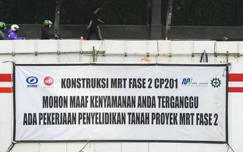 rnPejalan kaki melintas di samping proyek Moda Raya Terpadu (MRT) Fase II di Jalan MH Thamrin, Jakarta, Jumat (24/7/2020). - Antara\r\n