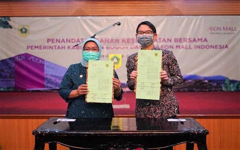 Bupati Kabupaten Bogor Ade Yasin dan President Director AEON Mall Indonesia Daisuke Isobe menunjukkan surat perjanjian bersama.  - Istimewa/AEON Indonesia