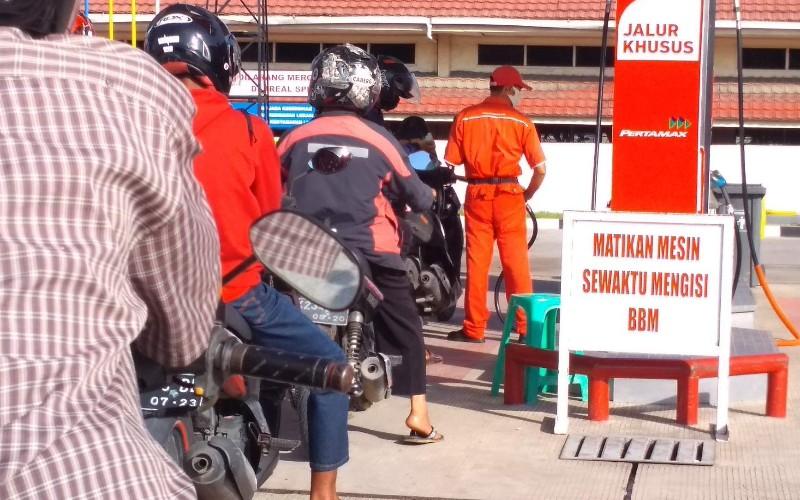 Antrean kendaraan untuk mengisi BBM jenis Pertamax di SPBU Air Pacah Kota Padang, Sumatra Barat.  - Bisnis/Noli Hendra