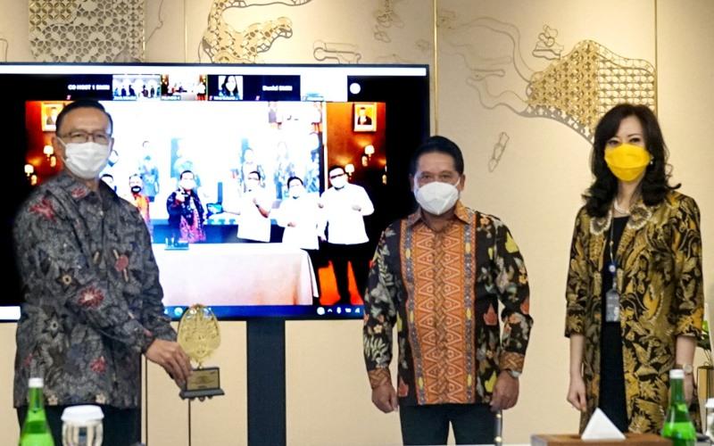 (kika) Direktur Bisnis dan Jaringan Bank Mandiri Aquarius Rudianto, Wakil Direktur Utama Bank Mandiri Hery Gunardi dan Direktur Corporate Banking Bank Mandiri Alexandra Askandar sedang menunjukkan cinderamata secara virtual kepada Direktur Utama Pelabuhan Indonesia (PELINDO)  IV Prasetyadi dan Jajaran Direksi PELINDO IV (pada layar LED) di Jakarta dan Makassar, Senin (19/10) - Istimewa